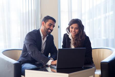 기술 장치와 젊은 비즈니스 부부 회의 스톡 콘텐츠