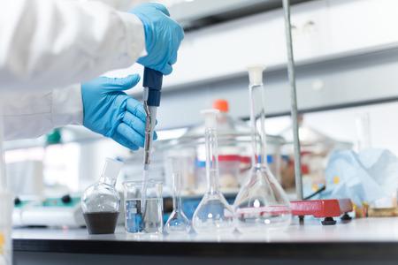 bata de laboratorio: Qu�mica cient�fico trabaja en el laboratorio biol�gico moderno