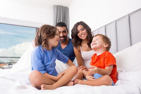 Kinder spielen auf Bett der Eltern Pyjama Standard-Bild - 37202648