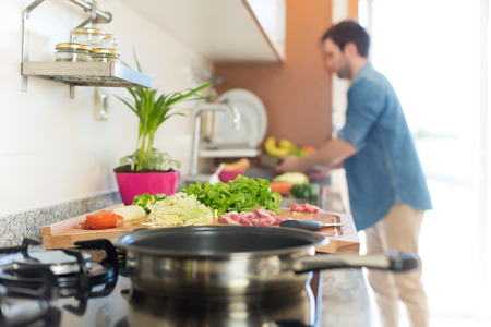 nutricion: Man in kitchen cooking lunch - Focus on food