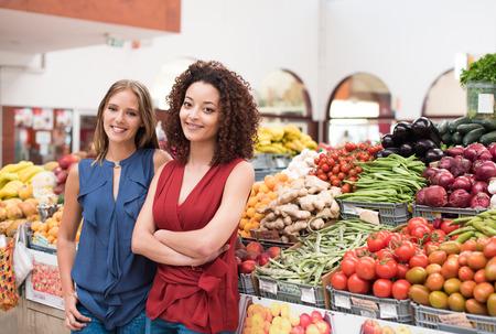 greengrocer: Mujeres de negocios que presenten su fruter�a org�nica