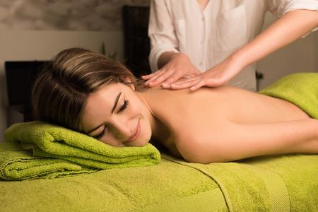 masajes relajacion: Mujer que tiene un masaje de espalda en el centro de spa de belleza