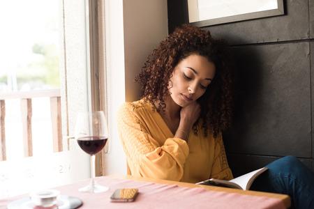 Leesboek vrouw bij coffee shop