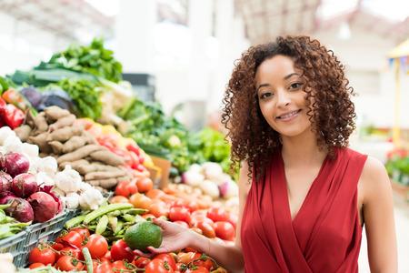 アフロ女性ショッピング有機野菜と果物