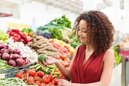 frutas: Mujer Afro compras verduras y frutas orgánicas Foto de archivo