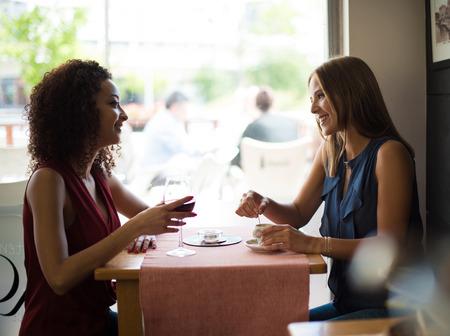 Hübsche Frauen reden und Spaß haben im Inneren Cafeteria Standard-Bild - 42292294