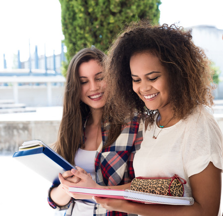 estudiantes universitarios: Grupo de estudiantes que caminan en Campus Universitario
