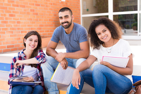 学校の階段に座っている学生のグループ