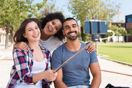 diversidad cultural: Amigos que toman una foto con un palo selfie
