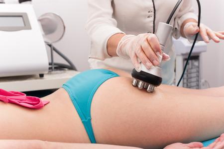 Frau, die Anti-Cellulite-und Antifetttherapie im Schönheitssalon Standard-Bild - 44451526