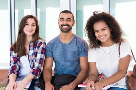 Multi-etnische groep studenten in School Campus
