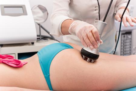 Frau, die Anti-Cellulite-und Antifetttherapie im Schönheitssalon Standard-Bild - 44460185