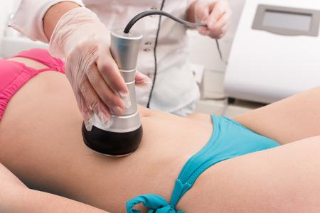 Femme obtenir un traitement de la graisse anti-cellulite et anti dans le salon de beauté Banque d'images
