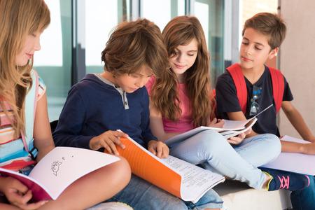 Gruppe des glücklichen kleinen Schulkinder in der Schule Standard-Bild - 46734528