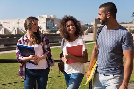 学校のキャンパスを歩いてる学生のグループ