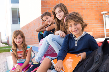 mignonne petite fille: Groupe d'heureux petits enfants de l'école à l'école Banque d'images
