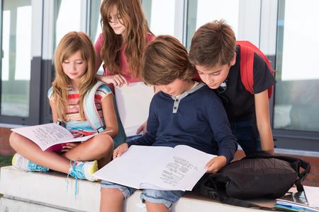 mignonne petite fille: Group of happy little school kids in school