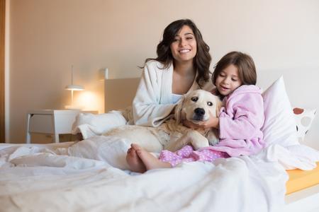 gente durmiendo: Madre e hija con el perro en la cama