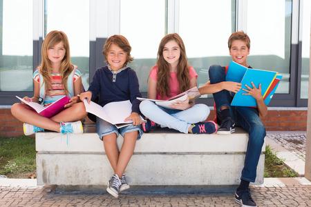 Groep gelukkige kleine schoolkinderen op school Stockfoto