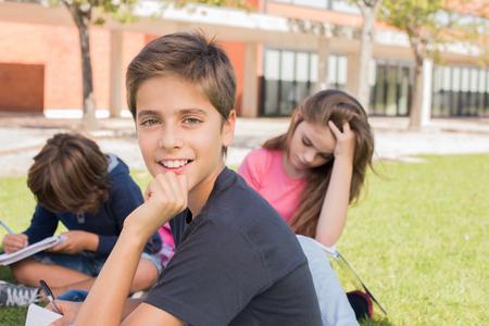 niños felices: Retrato de un niño pequeño en el campus de la escuela Foto de archivo