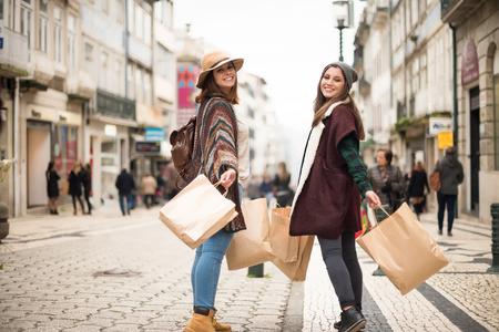 ショッピング街でトレンディな若い女性