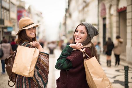 chicas de compras: las mujeres de moda joven de compras por la ciudad Foto de archivo