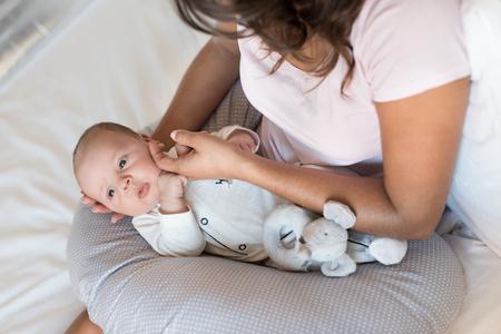 看護枕で生まれたばかりの赤ちゃんと母親 写真素材