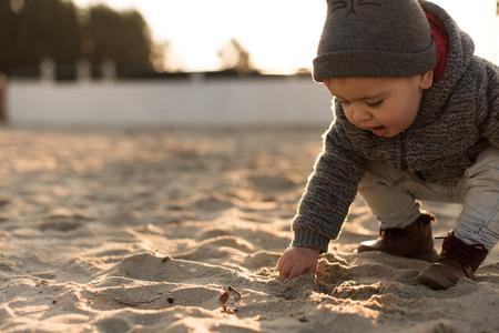 Niño pequeño explorando la naturaleza - Sunset Light Foto de archivo - 96845473