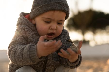 Niño pequeño explorando la naturaleza - Sunset Light Foto de archivo - 96831834
