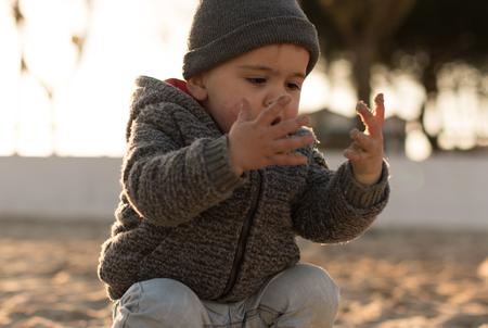 Niño pequeño explorando la naturaleza - Sunset Light Foto de archivo - 96865890