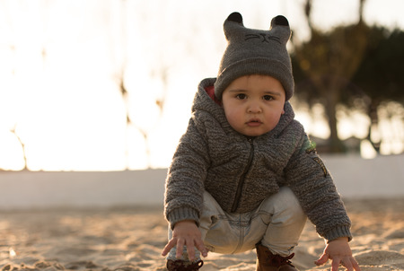 Niño pequeño explorando la naturaleza - Sunset Light Foto de archivo - 96865892