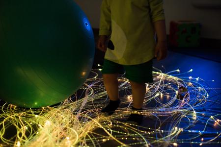 Niño explorando un espacio multisensorial - concepto snoezelen Foto de archivo
