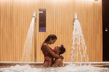 Verliebtes Paar im luxuriösen Hotel Spa und Pool Standard-Bild