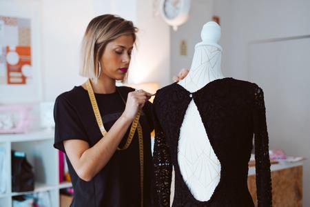 Krawiecka pracująca nad nową sukienką w atelier