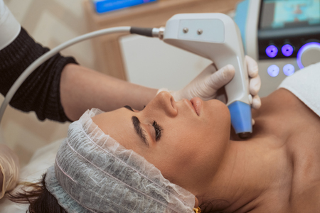 Frau, die kosmetische Verfahren im Schönheitszentrum erhält