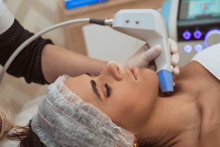 Mujer recibiendo procedimientos cosméticos en el centro de belleza
