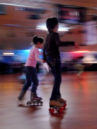 roller: Two Girls Roller Skating