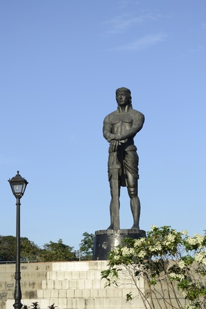 manila: 30 feet bronze statue of Philippine hero named Lapu-lapu, located at Rizal park Manila.
