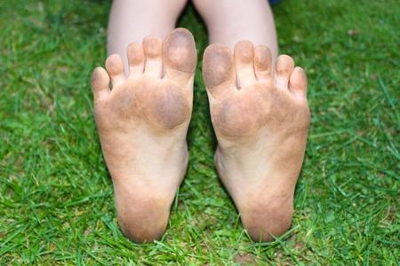 pieds sales: les pieds de l'enfant Muddy Banque d'images