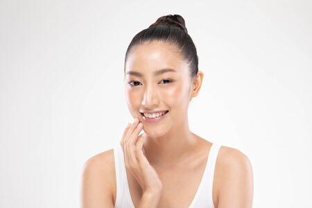 Hermosa mujer joven asiática tocando suave sonrisa de mejilla con piel limpia y fresca Felicidad y alegre con emocional positivo, aislado sobre fondo blanco, concepto de belleza y cosméticos