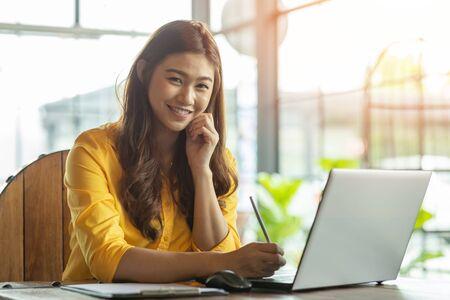 Mooie aantrekkelijke Aziatische vrouw die met een computerlaptop werkt en denkt om ideeën en vereisten te krijgen in het opstarten van bedrijven, voelt zich zo gelukkig, Business Startup Concept Stockfoto