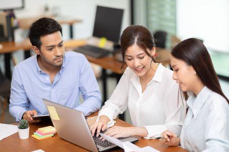 Groupe de jeunes collègues de démarrage travaillant ensemble pour obtenir des idées et du marketing au bureau, Concept de remue-méninges sur la diversité des démarrages d'entreprise