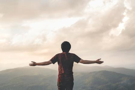 Glücklicher Mann Freiheit in der Sonnenaufgangnatur Erfolgreiches Konzept