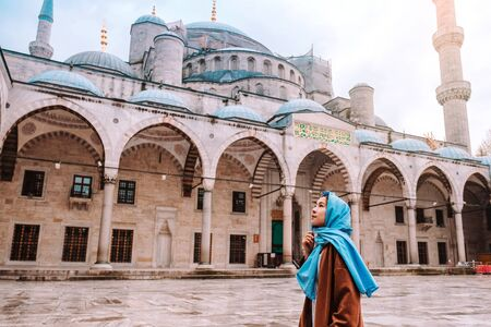 Woman traveling in Istanbul Blue mosque, Turkey Banco de Imagens - 130734601