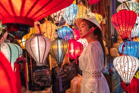 Travel woman choosing lanterns in Hoi An, Vietnam Banco de Imagens - 130701834
