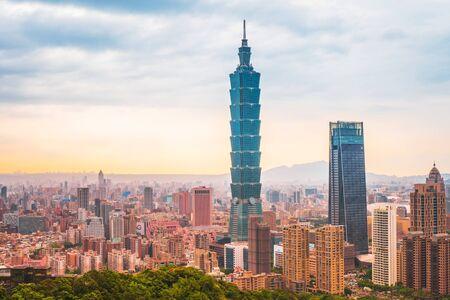 May 4, 2019 :Skyline of Taipei cityscape Taipei 101 building of Taipei financial city ,Taiwan Banco de Imagens - 137107859