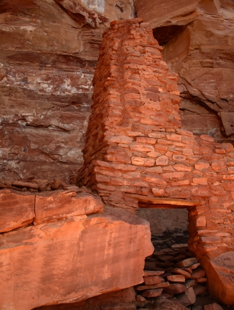 the dwelling: Sinagua Cliff Dwelling at the Palatki Heritage Site, Sedona, Arizona.The cliff dwelling was built by the Sinaqua Indians about 1150 and was mysteriously abandoned at about 1300 Stock Photo