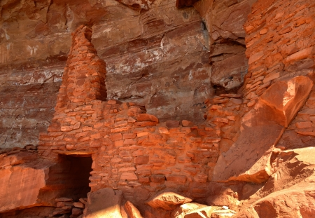 Sinagua Cliff Dwelling at the Palatki Heritage Site, Sedona, Arizona.The cliff dwelling was built by the Sinaqua Indians about 1150 and was mysteriously abandoned at about 1300 Фото со стока