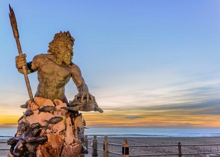 Estatua del Rey Neptuno en Virginia Beach toman justo antes de la salida del sol Foto de archivo