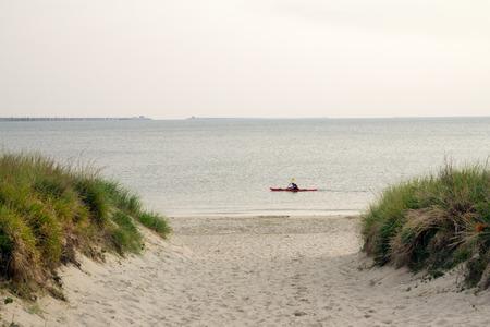 ocean kayak: Kayaker paddeling en la Bah�a de Chesapeake, cerca del Puente de la Bah�a de Chesapeake en Virginia Beach, Virginia.